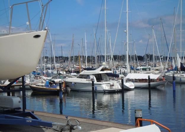 Nahe liegt der Schilkseer Yachthafen mit regem Bootstreiben im Sommer