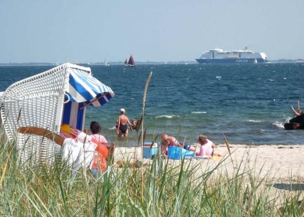 Ihr Blick aus dem Strandkorb - Am Ostsee-Horizont die Kreuzfahrer
