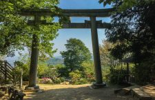 The large torii of Sakatoke jinja (酒解神社) at the Hatatate Look-out spot on the trail leading to the top of Mt.Tennōzan (天王山) in Yamazaki town, Kyoto-fu.