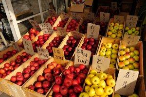 an_apple_shop_in_aomori_japan