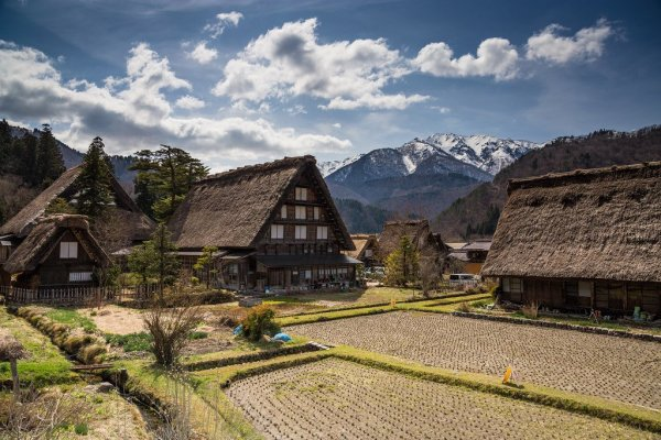 shirakawago_mountains_spring