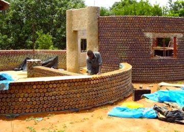 Casas con botellas de plástico recicladas en Nigeria