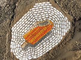 El artista que transforma los baches en mosaicos