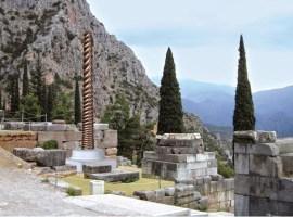 Fotomontaje de la réplica de la Columna de las Serpientes en Delfos
