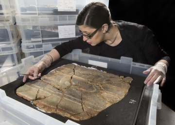 3) WEB MOLA archaeological conservator, Luisa Duarte, a section of decorated Roman wall © MOLA