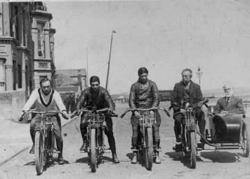 Participantes en una de las carreras de la Isla de Man en 1914. Foto por Vintage Norton