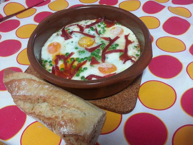 huevos al plato o cazuela de huevos con tomate