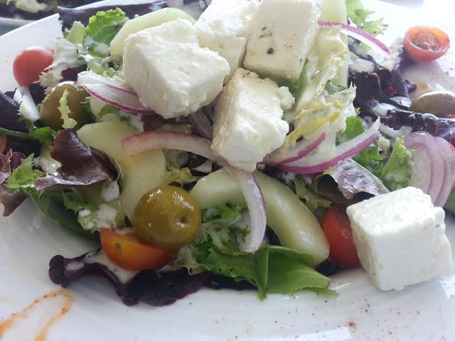 receta ensalada griega cocina facil con salsa de yogurt