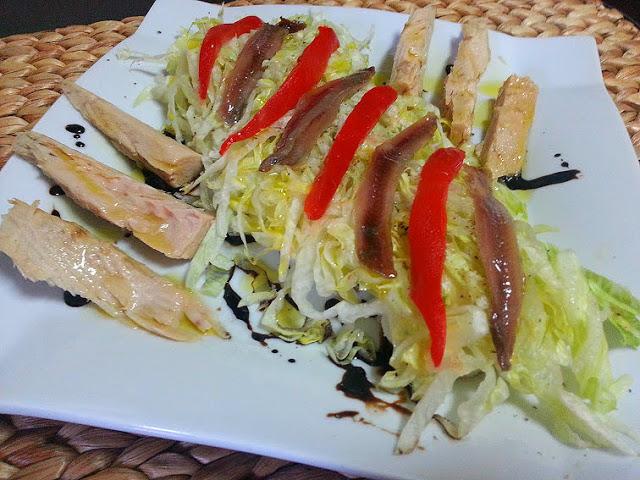 ensalada de bonito, anchoas y patatas