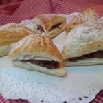 Triángulos de hojaldre rellenos de nata y mousse de chocolate