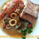Salmón a la plancha con guiso de gambones y calamares