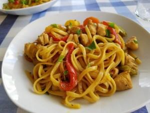 tallarines con verduras y pollo al estilo chino con un toque picante