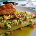 Puerros a la vinagreta y salmón