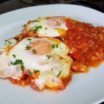 Huevos en salsa de tomate especiada