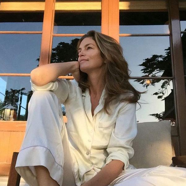 Cindy Crawford bellissima a 49 anni appena sveglia: FOTO su Instagram