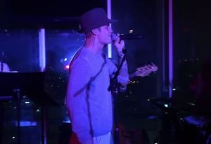 Justin Bieber si dà al jazz: canta live al W Hotel di Hollywood VIDEO