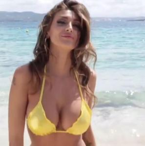 Cristina Buccino versione bond girl: camminata in spiaggia alla Ursula Andress VIDEO