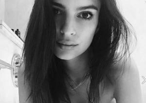 Emily Ratajkowsky nuda nella vasca da bagno. Scatto hot su Instagram