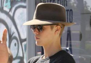 Justin Bieber flirta con una fun in vacanza. E Selena Gomez...