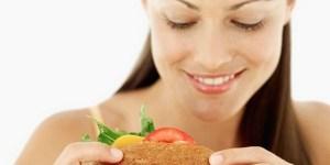 Dimagrire? Mangiare con lentezza aiuta a mangiare di meno