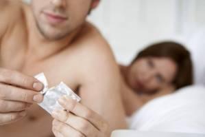 Preservativo, 4 errori che il tuo lui non deve commettere quando lo usa