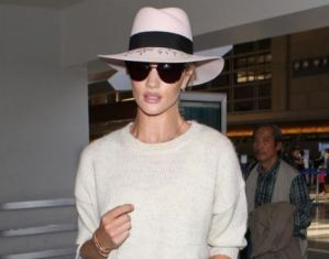 Rosie Huntington-Whiteley, look total white in aeroporto a Los Angeles FOTO
