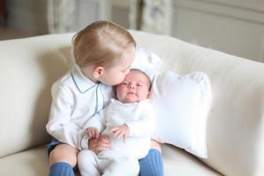 Charlotte e George Windsor: royal baby fotografati insieme per la prima volta
