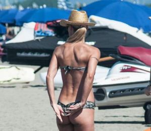Michelle Hunziker, incidente hot al mare: lato B in bella vista FOTO