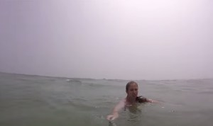 Usa, ragazza rischia di annegare in mare: salvata dal selfie stick VIDEO