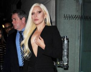 Lady Gaga, scollatura profonda alla sfilata Brandon Maxwell FOTO
