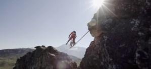 In Mountain Bike su una fune alta 118 metri VIDEO