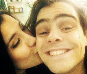 Andrea Rincón bacia Peter Lanzani: che dirà Martina Stoessel?