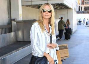 Heidi Klum vestita a strisce in aereoportoHeidi Klum flew into LA in a loose striped outfit, with sunglasses and flip-flops.  The supermodel wore her golden locks down, and posed for photos with fans, on Thursday, October 1, 2015 X17online.comLaPresse  -- Only Italy