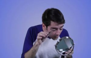 Make up, uomini alle prese con l'eyeliner...Un disastro VIDEO