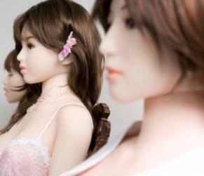 Mogli regalano bambole gonfiabili ai mariti: lo fanno per...