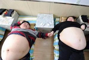 Da anni tentano invano di perdere peso, non riescono ad avere rapporti sessuali (non ne hanno mai avuti)