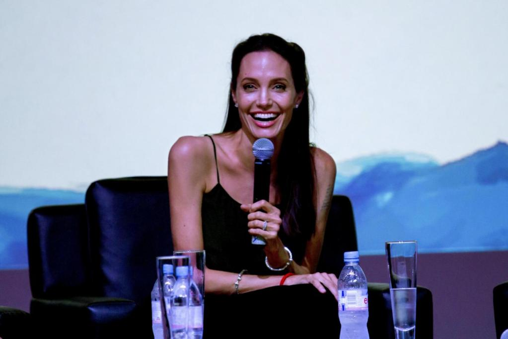 Angelina Jolie, look total black al Cambodian Film Fest FOTO