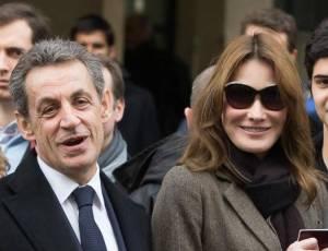 Nicolas Sarkozy con la moglie Carla Bruni al voto