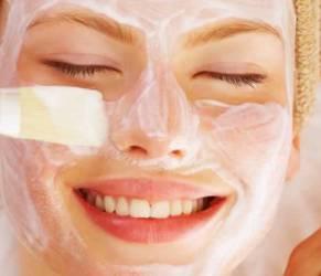 """Maschere per il viso: suo social è """"facial mask"""" mania"""