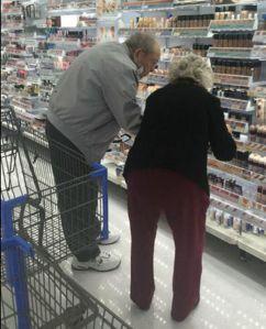 Anziani scelgono insieme il make-up2