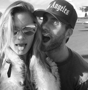 Behati Prinsloo e Adam Levine presto genitori: modella è incinta