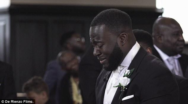 Sposo piange sull'altare e non riesce a smettere2