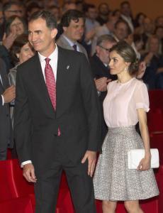 Letizia Ortiz, che incanto! Gonna larga e camicia rosa FOTO