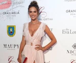 Alessandra Ambrosio: una Dea in abito scollato e spacco FOTO