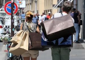 Donne, pronte a tutto per scarpe e vestiti: spendono 4 volte più degli uomini