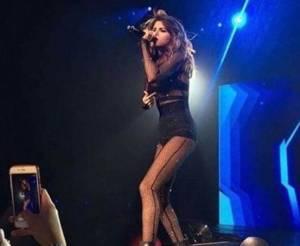 Selena Gomez magrissima con la tutina trasparente FOTO