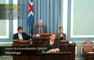 Islanda, deputata allatta figlia in parlamento in diretta tv