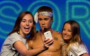 Justin Bieber, incidente (tutto da ridere) sul palco