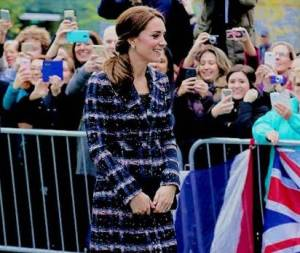 Kate Middleton impeccabile: cappottino e tacchi FOTO