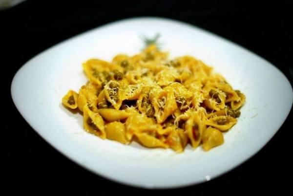 Una classica Pasta e Piselli resa più sfiziosa e stuzzicante con la 'Nduja, il tipico salume calabrese spalmabile e molto piccante e una spolverata di Caprino stagionato.